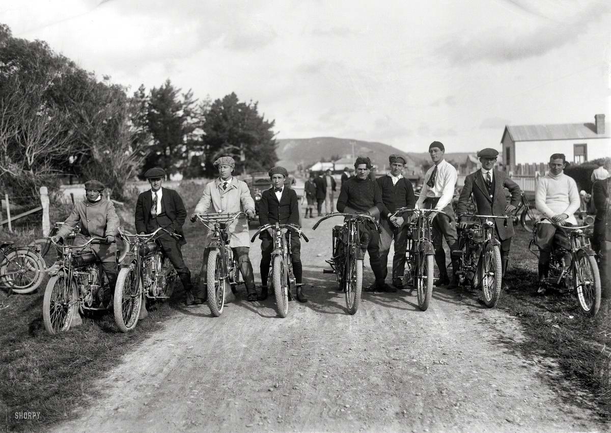 Уличные мотогонщики незадолго до старта (Новая Зеландия, 1920 год)