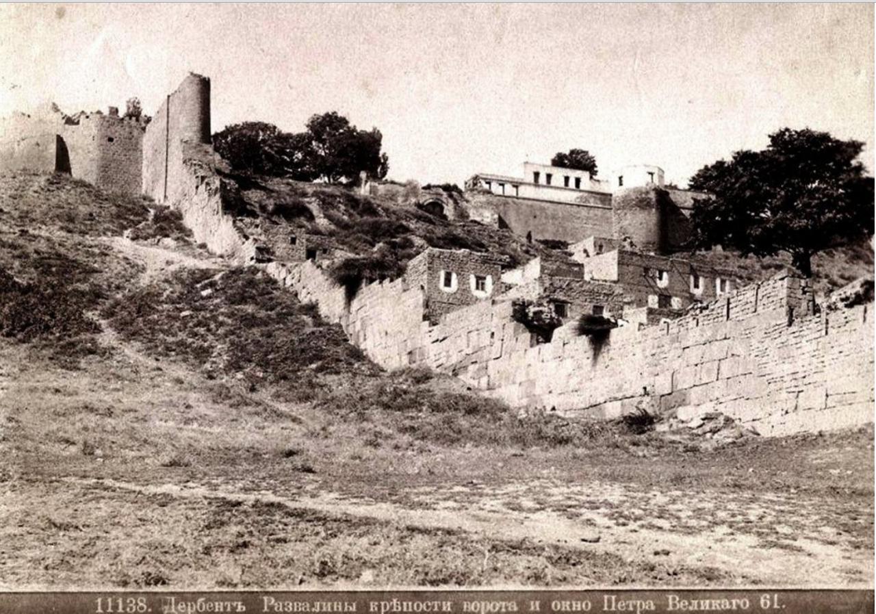 Развалины крепости ворота и окно Петра Великого