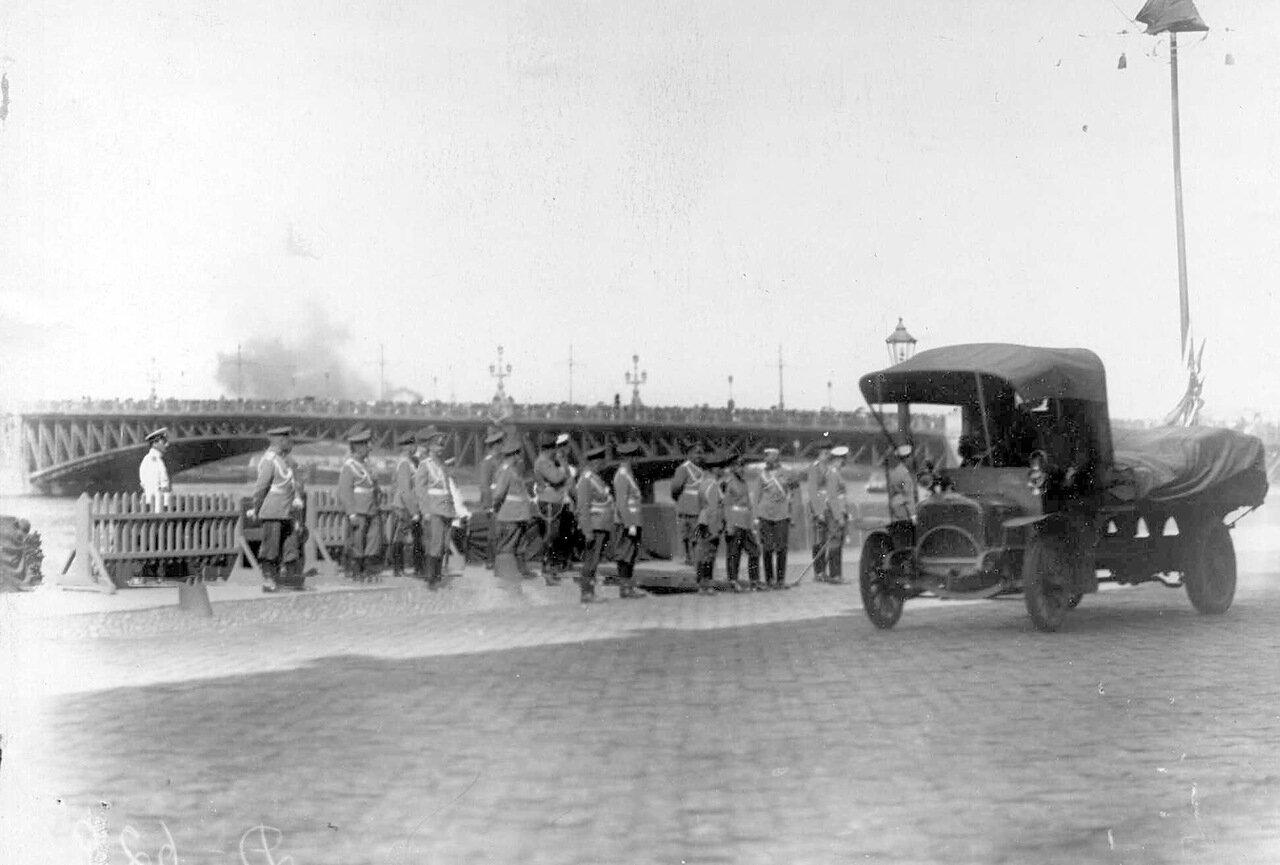 06. Император Николай II со свитой наблюдает за проезжающими грузовиками на набережной у Троицкого моста.
