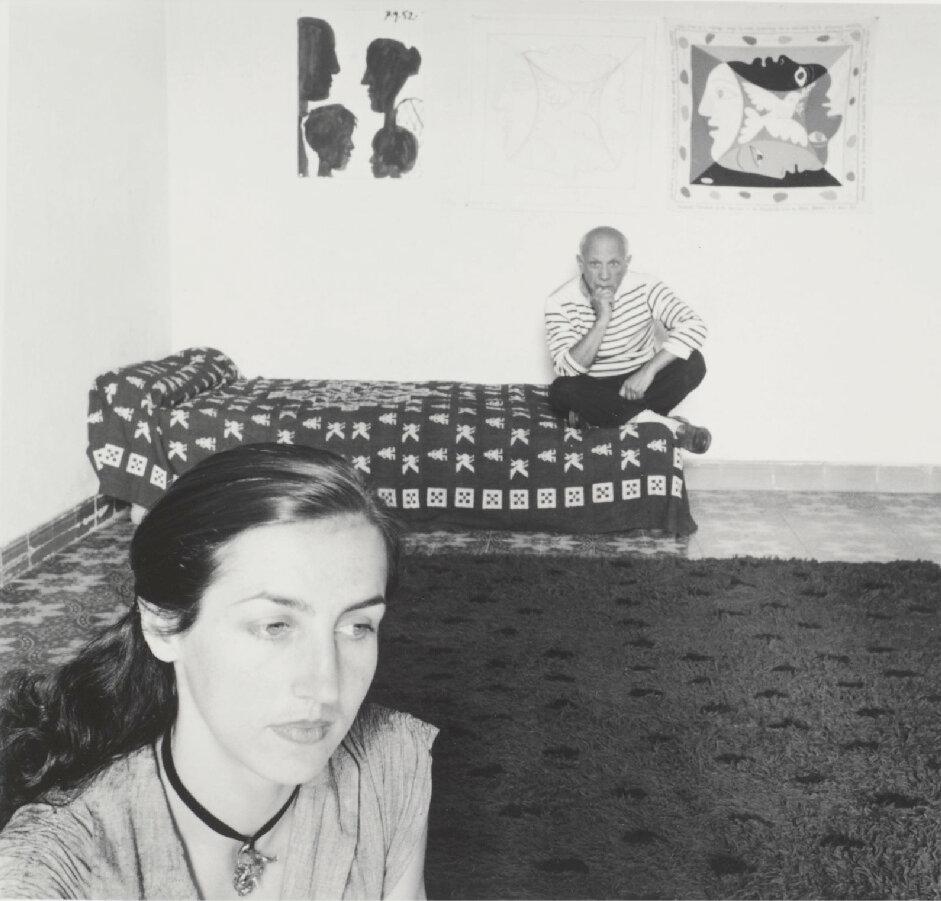 1952. Пабло Пикассо с Франсуазой Жило у себя дома в городе Валлорисс