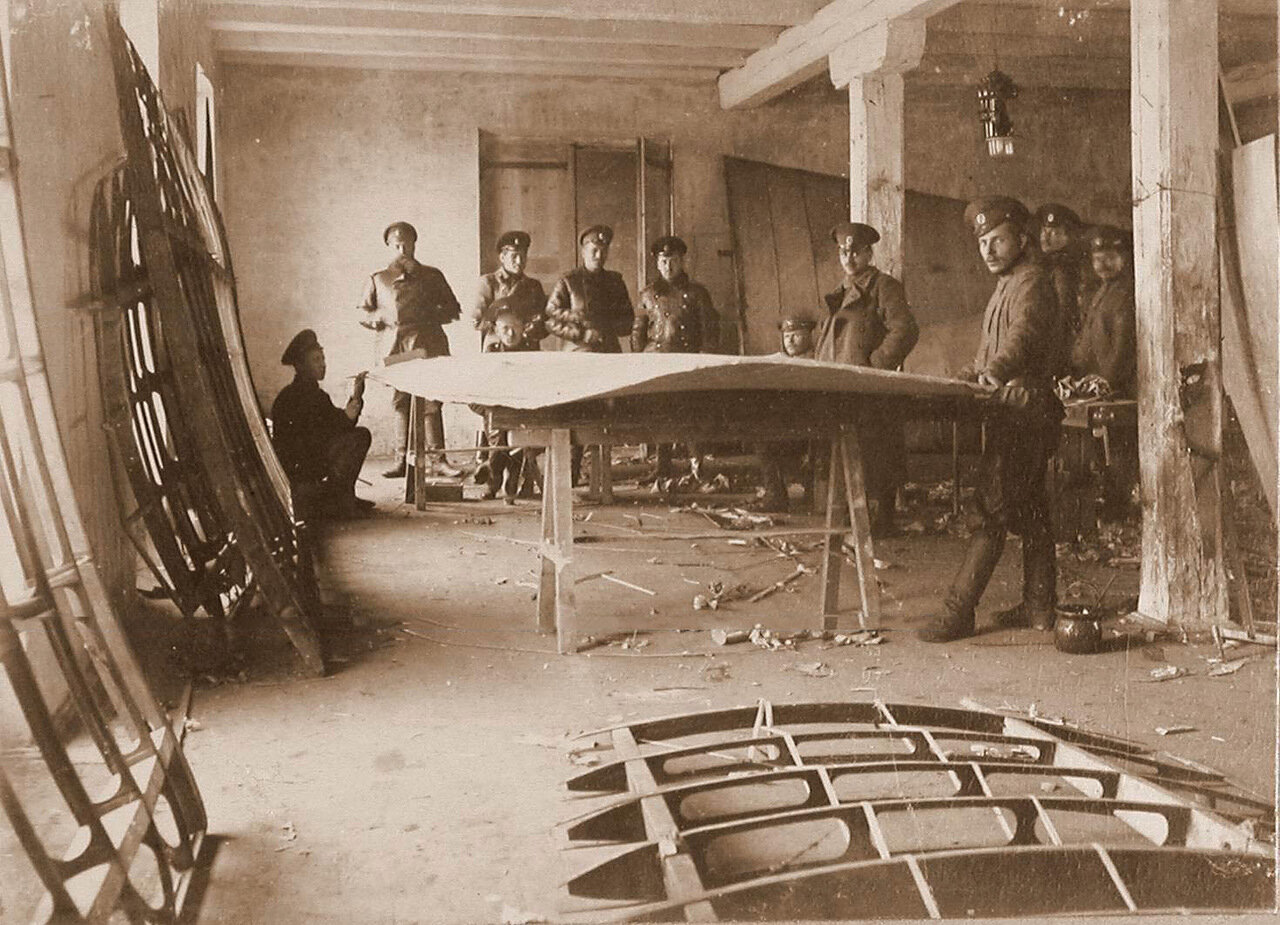 03. Группа техников отряда за ремонтом летательного аппарата в мастерской г. Терещенко. 1914. Люблин