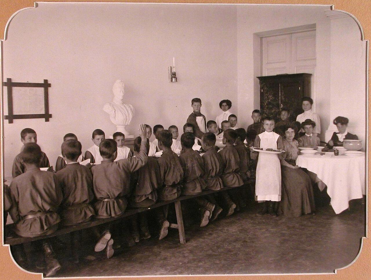 11. Воспитанники школы во время обеда в столовой