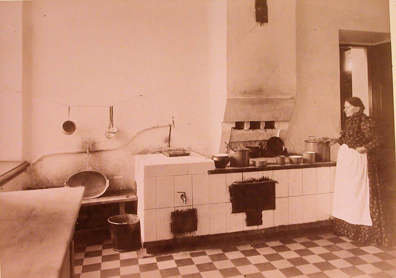 10. Работница лечебницы за приготовлением обеда на кухне