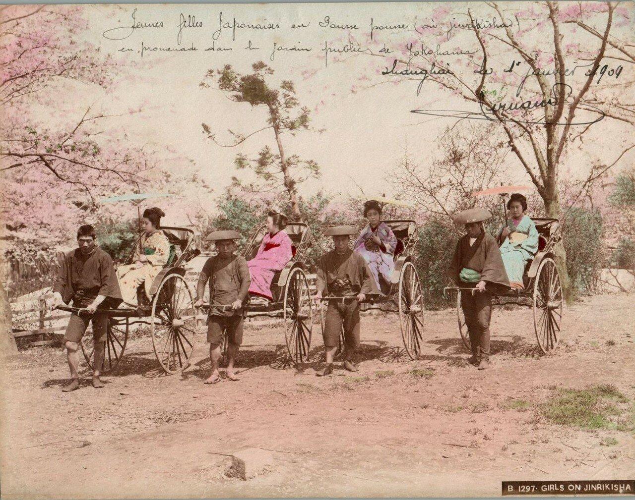 Девушки на рикшах