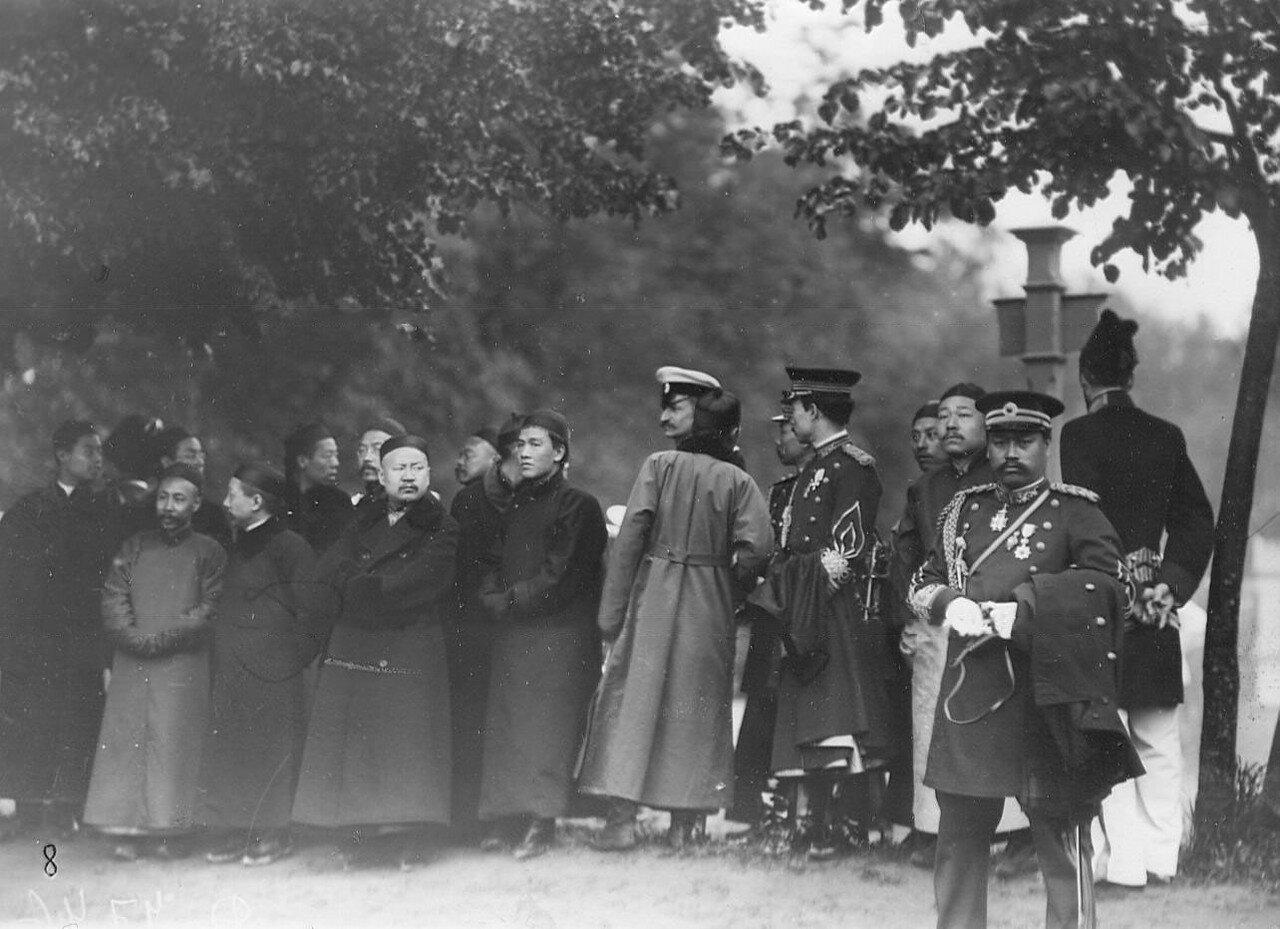 08. Офицеры - представители иностранных военных миссий во время смотра новобранцев. 1907