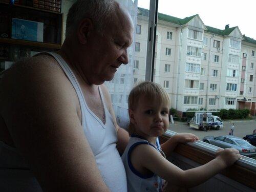 дед с внуком у окна