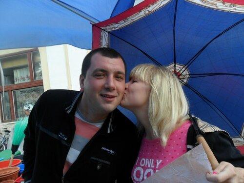 """Менян ледь не зацілували. У Мені відбувся флеш-моб """"Поцілуночок на згадку"""". Фото"""