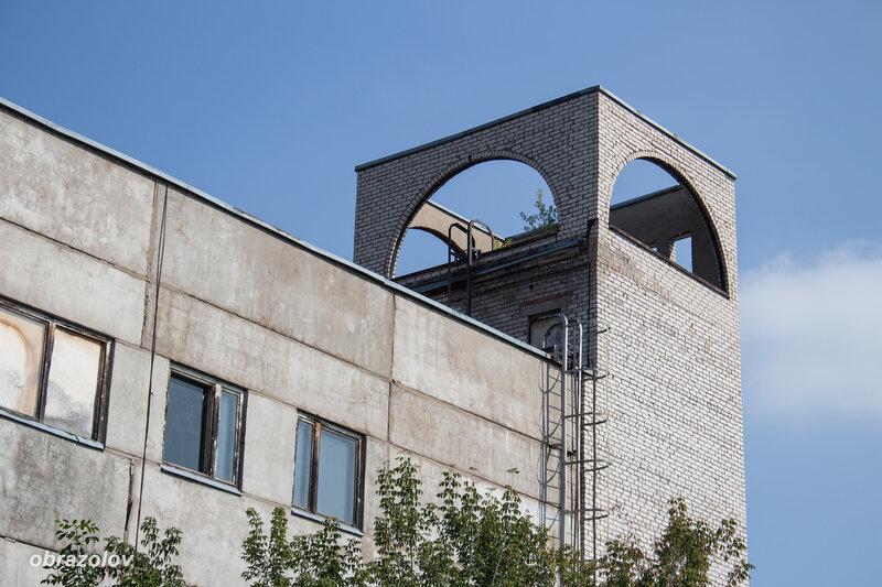 """Архитектурное излишество на крыше здания в Уфе в стиле декораций фильма """"Волшебная лампа Алладина"""""""