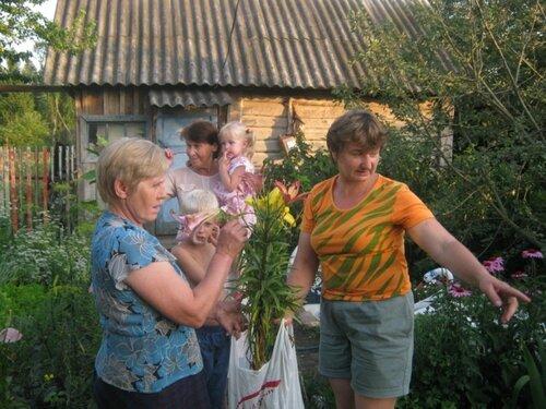 Обстоятельный разговор опытных цветоводов Валентины Ивановны и Любови Алексеевны.