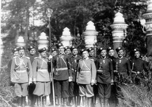 Группа казаков лейб-гвардии Казачьего Е.И.В.полка на площади перед храмом в день его освящения.