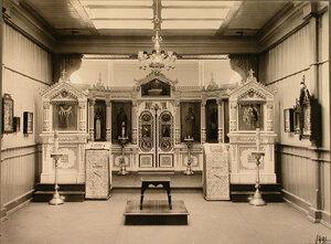 Вид на иконостас и царские врата в церкви лазарета.