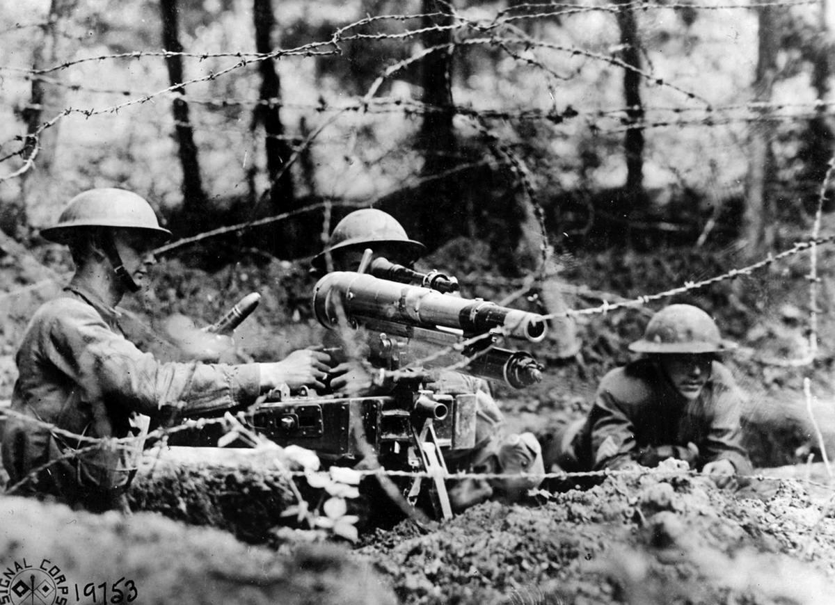 Американские солдаты занимаются наведением французского 37-мм миномета для стрельбы по бронированным целям противника (июнь 1918 года) (18)