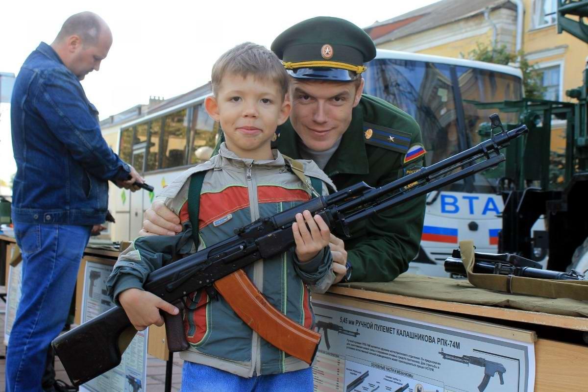Юный пулеметчик на боевом посту