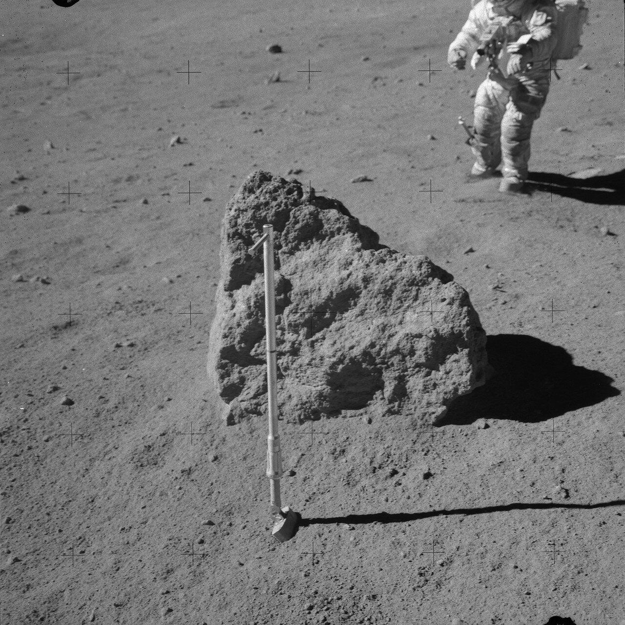 Астронавты хотели перевернуть один из валунов, чтобы взять пробу грунта из-под него, но отказались от этой идеи. Валун был слишком большим. На снимке: Валун, который Янг и Дьюк не смогли перевернуть на Station 8. На заднем плане Джон Янг