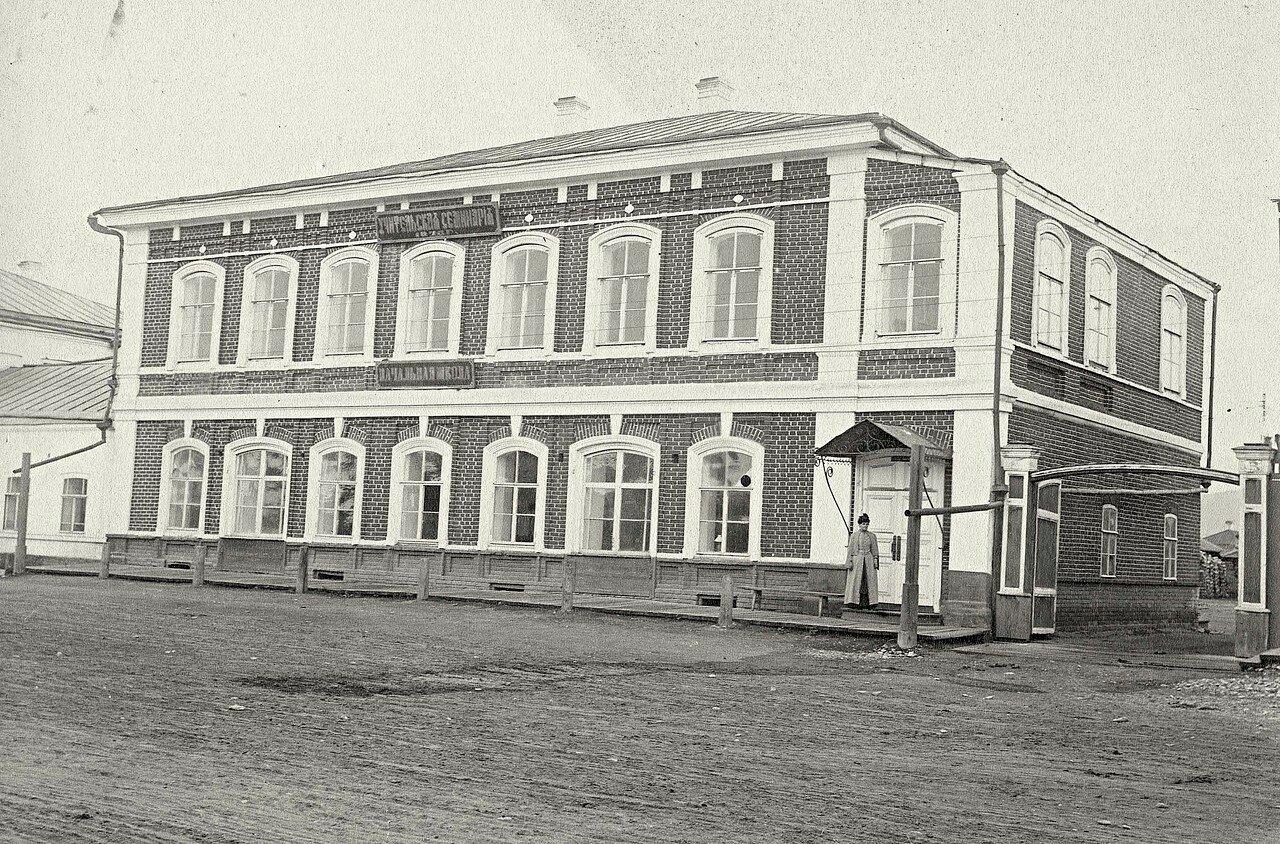 Здание учительской семинарии и начальной школы
