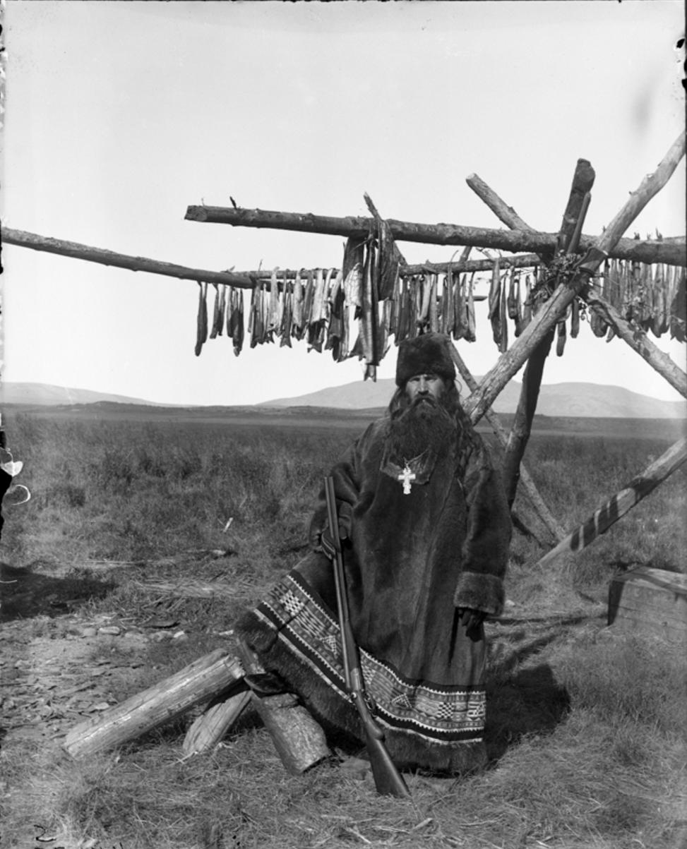 Русский священник в рясе из оленьей шкуры, Гижига
