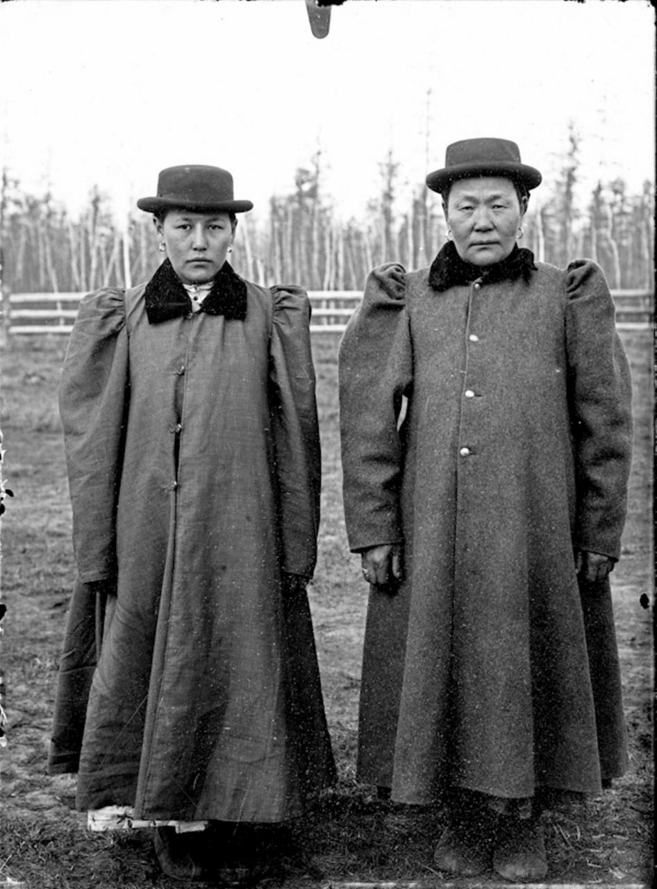 Две якутки в современном платье, 1902