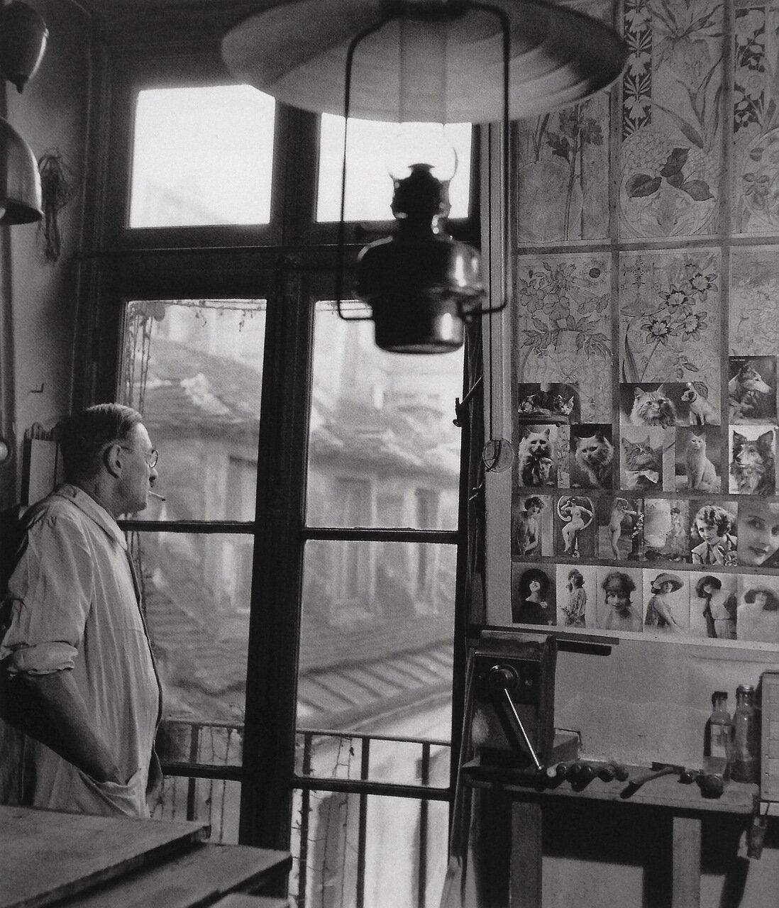 1945. Специалист по маркетри смотрит в окно