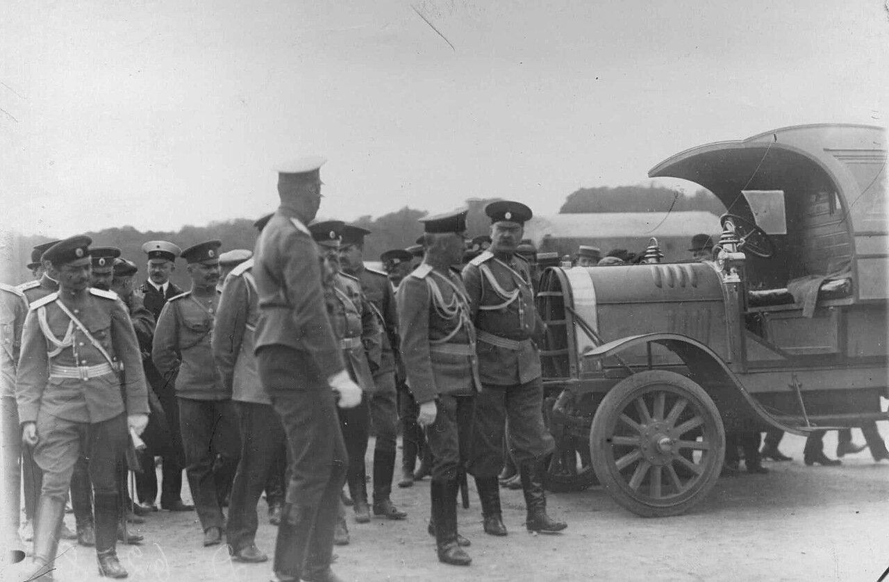 10. Группа военных перед колонной автомобилей на Марсовом поле