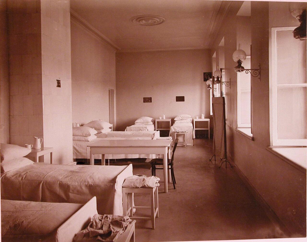 04. Вид части одной из палат хирургической больницы при Николаевской общине сестер милосердия