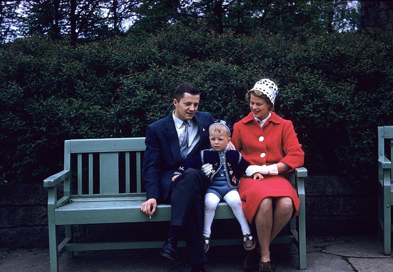 Семья на скамейке