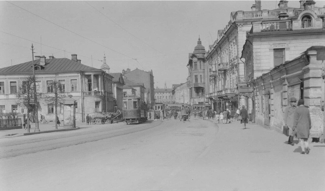 25. Волхонка, вид в сторону Кремля; слева - угол Антипьевского переулка. Дорожное движение на улицах города