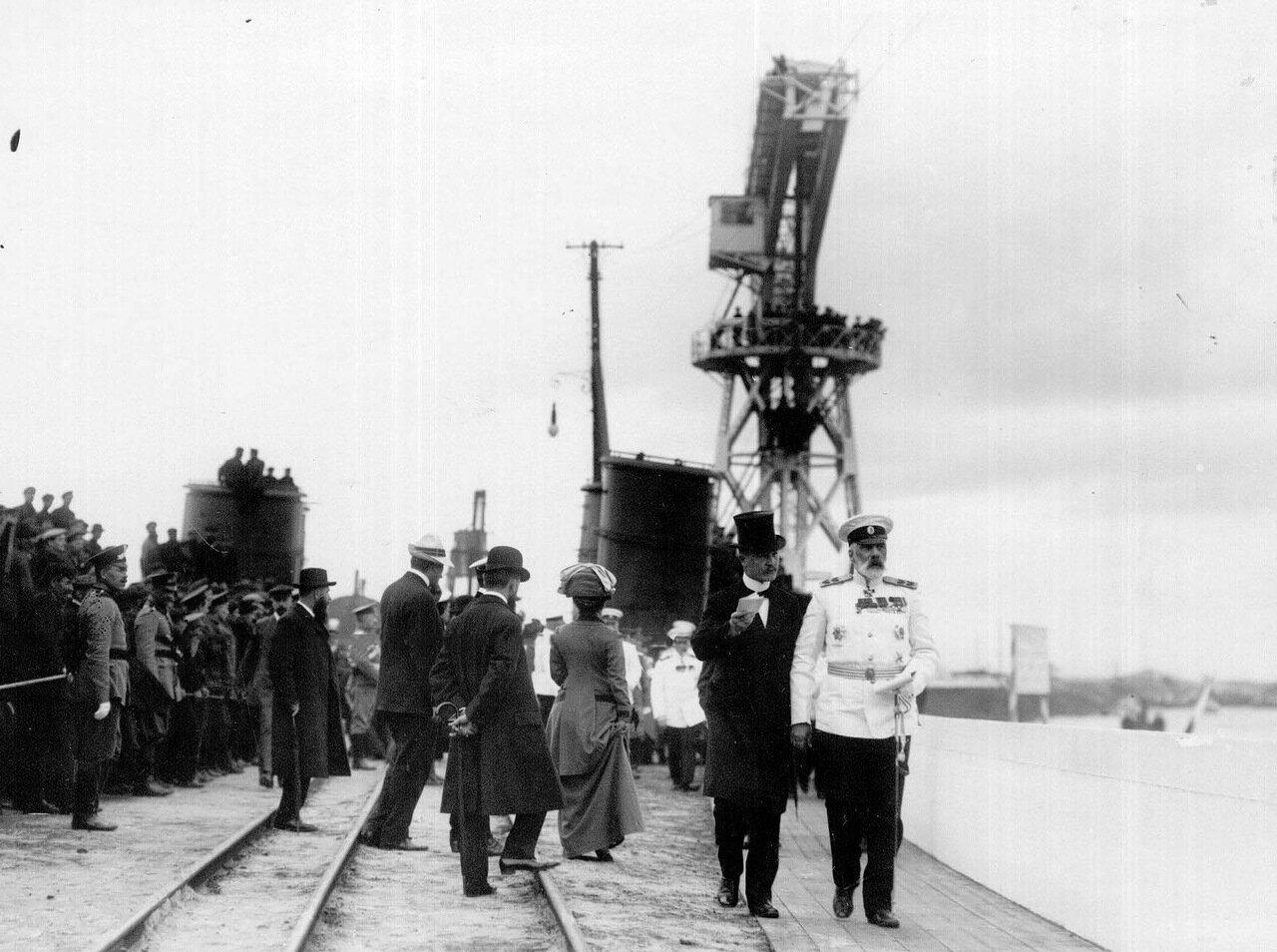 26. Вице-адмирал И.К.Григорович на набережной у Путиловской верфи в момент спуска корабля