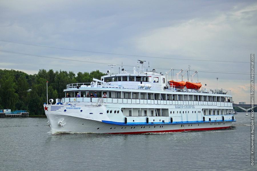 13 июня 2011 года. Теплоход «Мамин-Сибиряк» идет из Москвы по Клязьминскому водохранилищу. Слева на фото пристань «Горки»