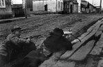 Партизаны в уличном бою в одном из оккупированных немцами на.jpg