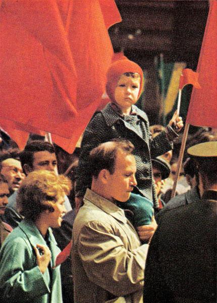 152 Юный москвич наблюдает за Первомайской демонстрацией.jpg