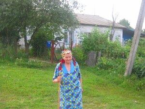 Прогулка по улице Победа.Хорошо жить с детьми, но Даниличева Анастасия Павловна не может забыть свой дом в исчезнувшей теперь деревеньке Зобовка.