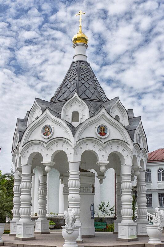 Во дворе Собора Святого Архангела Михаила