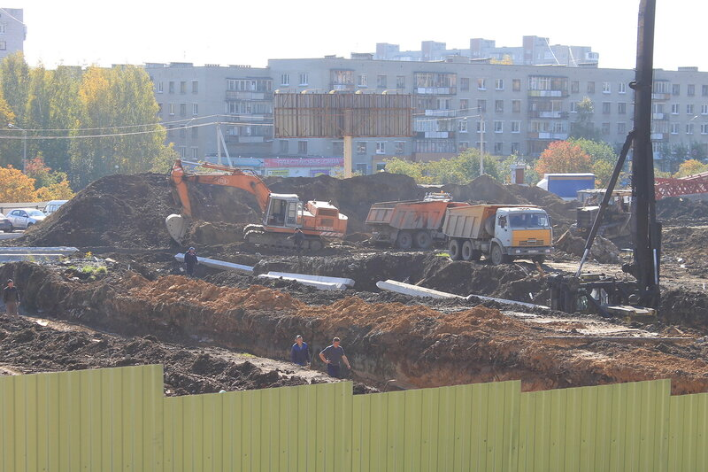 Строительство торгового центра на Автозаводской.