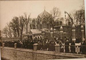 Горожане на набережной Екатерининского канала у Иверской часовни-ризницы после окончания церемонии освящения часовни.