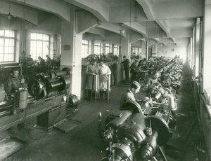 Обработка линз в одном из цехов завода акционерного общества оптического и механического производств (РАООМП).