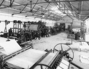 Прокатка бумажной массы на писчебумажной фабрике акционерного общества Г.И.Паллизен.