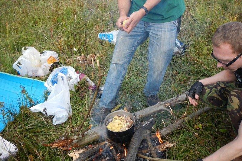котелок с грибами на костре, режем в него картошку