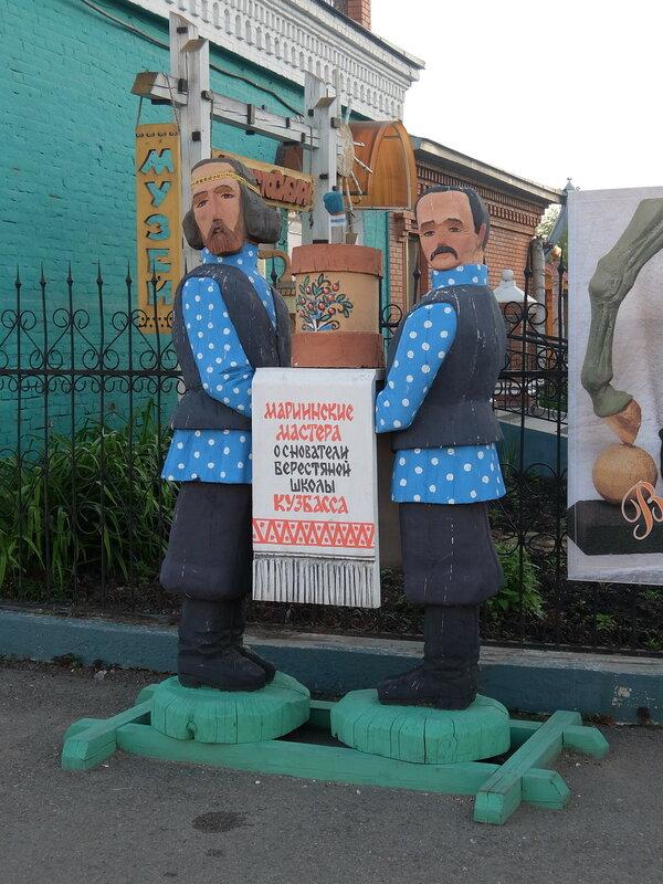 Мариинск - Береста Сибири - Скульптуры на входе в музей бересты