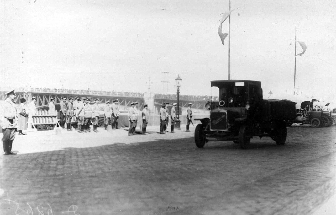 05. Император Николай II со свитой наблюдает за приезжающими грузовиками на Дворцовой набережной у Троицкого моста