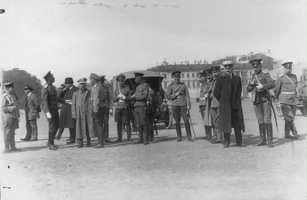22. Группа военных перед колонной автомобилей на Марсовом поле