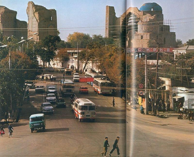За перекрестком в центре Самарканда возвышаются руины мечети Биби-Ханум в реставраторских лесах