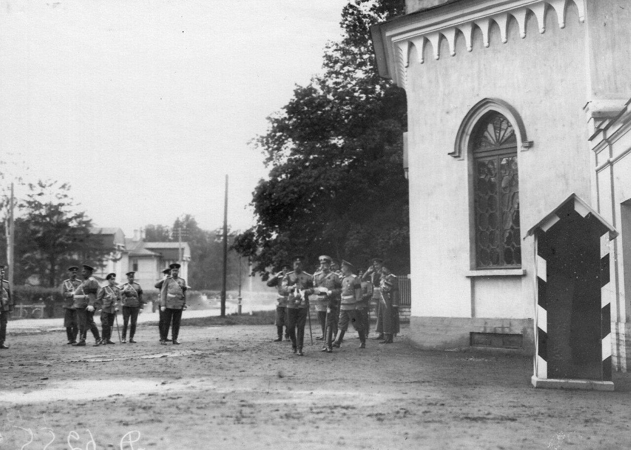 01. Император Николай II и сопровождающие его лица на шоссе