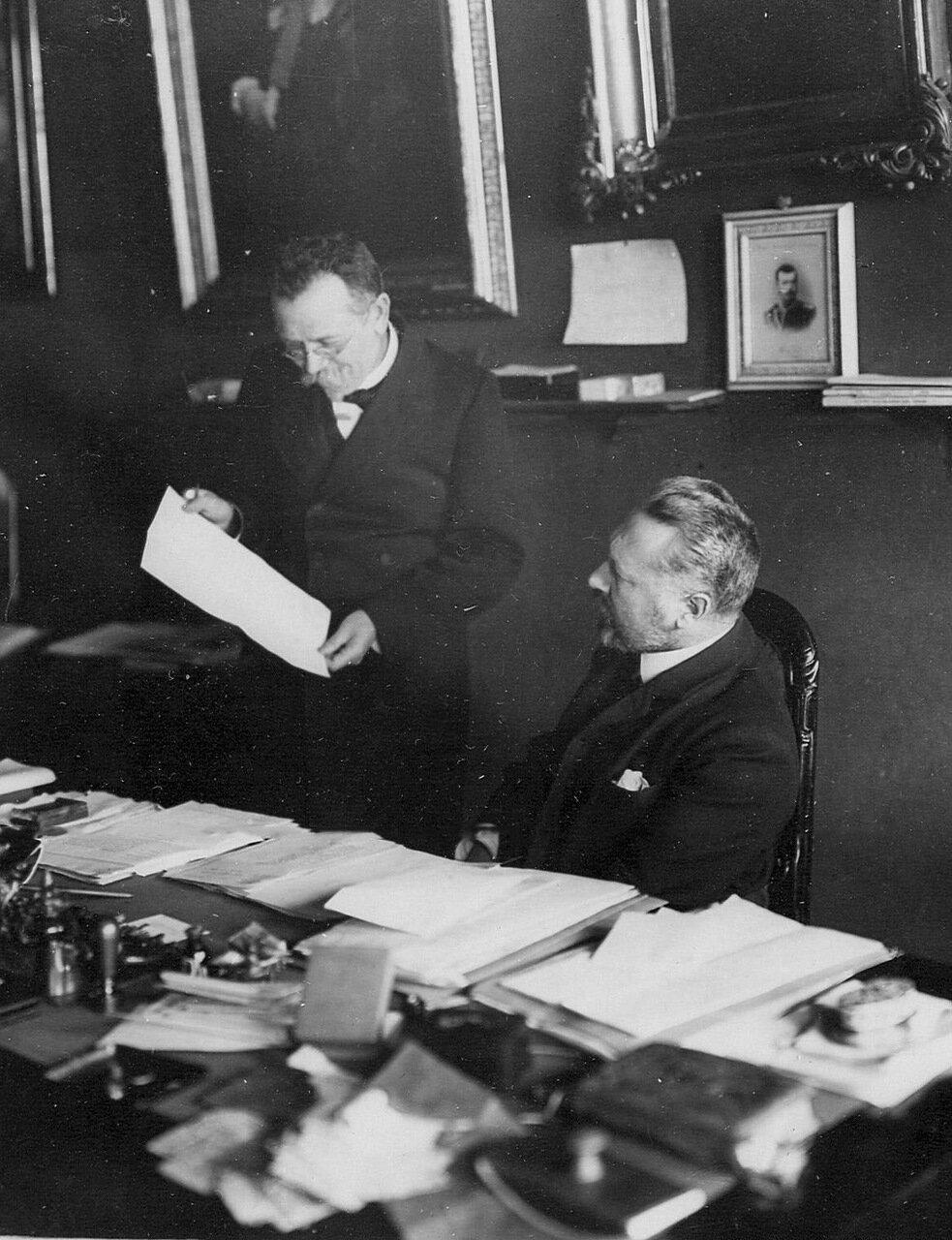 12. Сенатор Дмитрий Борисович Нейдгарт слушает доклад сотрудника о ревизии Сената. 1911