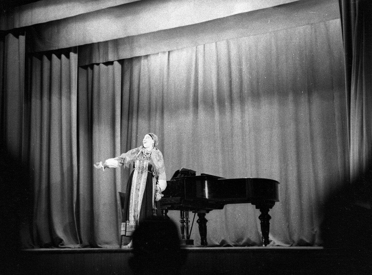 28. На сцене Лидия Русланова