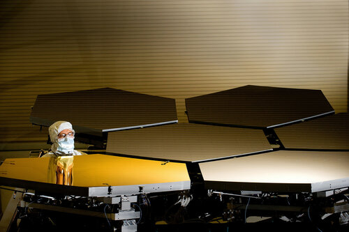NASA представила золотое зеркало спутника «Джеймс Уэбб»