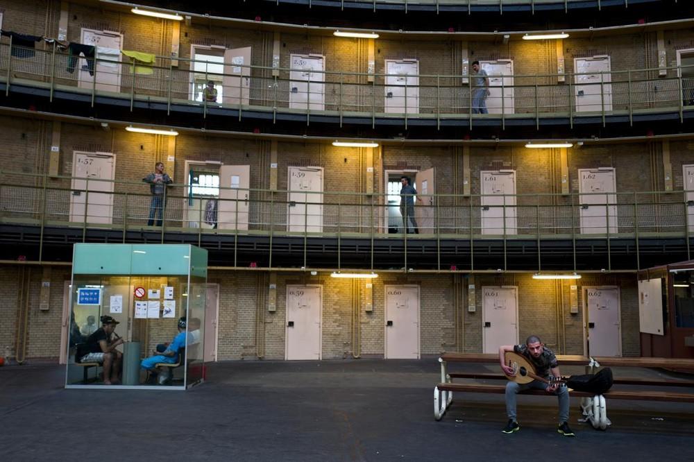 В Нидерландах беженцев селят в тюрьму
