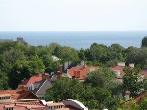 Чёрное море и черепичные крыши домов