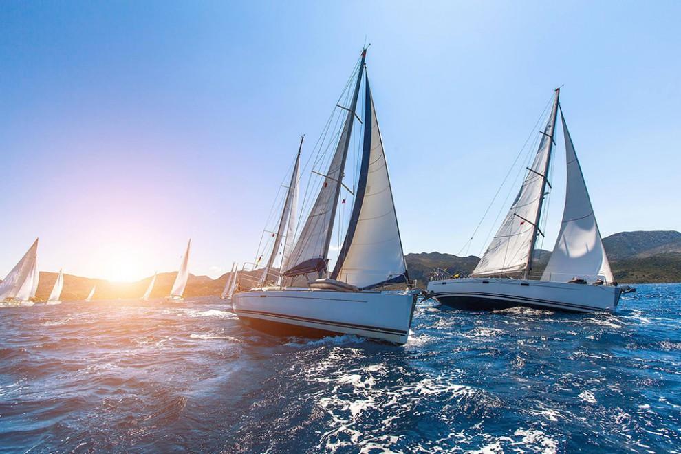 Кажется, наличие яхты — один из догматов успешности. Под парусом солнце теплее, море голубее и улыбк