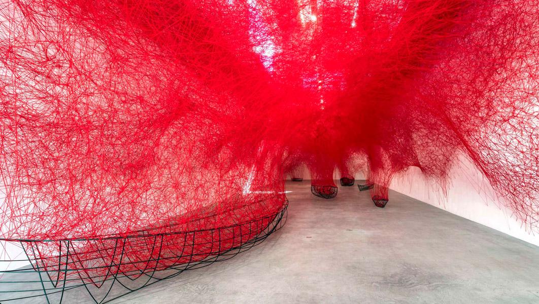 Инсталляция из пряжи в виде нейронов от Chiharu Shiota