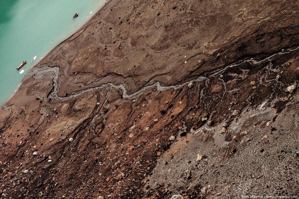 16. Над другой частью кратера видно огромное облако сернистого газа, выходящего из фумаролы. Фу